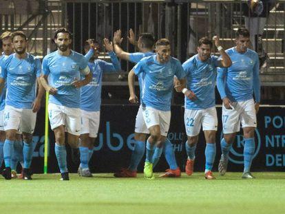 Los jugadores del Ibiza celebran el gol.