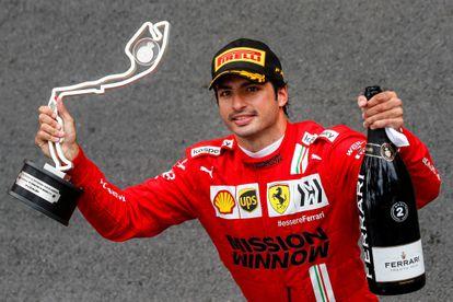 El piloto de Ferrari Carlos Sainz sostiene el trofeo tras quedar segundo en el Gran Premio de Mónaco, este domingo.