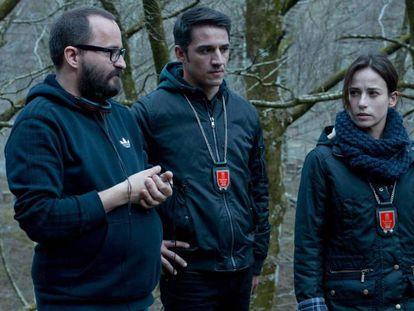 Desde la izquierda, Fernando González Molina, Carlos Librado y Marta Etura, en el rodaje de 'El guardián invisible'.