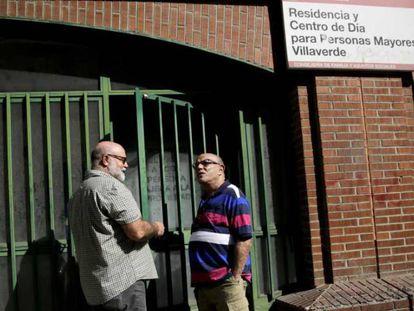 El presidente de la Fundación 26 de diciembre, Federico Armenteros, (izq) y Carlos Jorge Martínez, un futuro residente, conversan a la entrada de la residencia, en el barrio de Villaverde en Madrid.