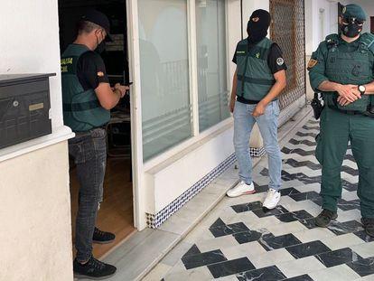 Agentes de la Guardia Civil de Ocon Sur registran una de las sedes que la organización del 'narcobanco' tenía en Algeciras (Cádiz).