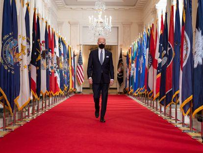 El presidente Joe Biden camina desde el Comedor Estatal de la Casa Blanca hacia el Cross Hall de la Casa Blanca el jueves 11 de marzo de 2021, para dar una conferencia sobre la covid-19.