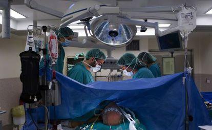 Operación en un quirófano inteligente en el Clinic de Barcelona.
