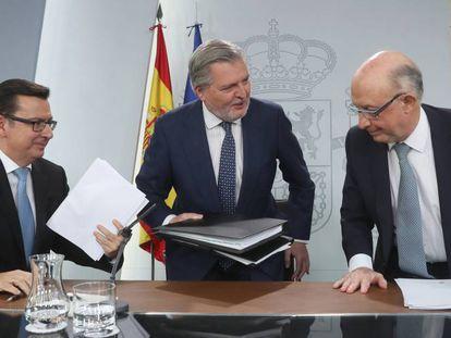 Los ministros Román Escolano, Íñigo Méndez de Vigo y Cristóbal Montoro, en la rueda de prensa tras el Consejo de Ministros del martes