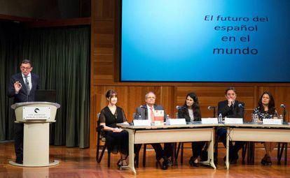 El director del Cervantes de Nueva York, Richard Bueno, en la presentación del anuario del español en Los Ángeles, el lunes.