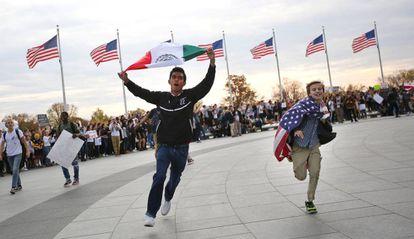Un estudiante ondea la bandera mexicana durante una protesta contra Trump en Washington.