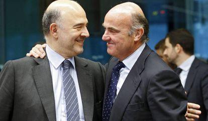 Pierre Moscovici conversa con Luis de Guindos.