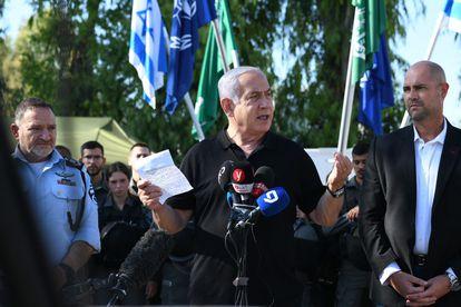 El primer ministro israelí, Benjamín Netanyahu, pronuncia un discurso mientras se reúne con la policía fronteriza israelí, en Lod, cerca de Tel Aviv, el pasado 13 de mayo.
