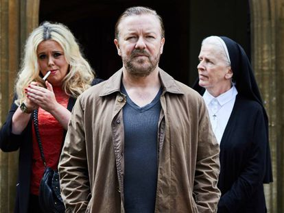 Ricky Gervais (centro) en 'After Life'.