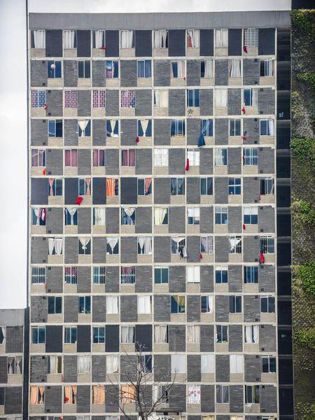 Un edificio de la Plaza La Hoja, en el centro de Bogotá, donde se exhiben varios trapos rojos como petición de auxilio. / CAMILO ROZO