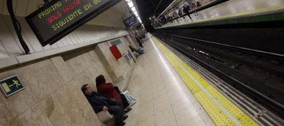 Unos viajeros esperan en una estación del metro de Madrid.