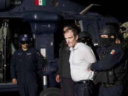 El Güero Palma es escoltado en un hangar de la policía en Ciudad de México, después de su detención en junio de 2016.