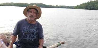 Santos López se aventura todos los días entre las aguas del manglar de Jiquilisco para garantizar su pesca de subsistencia.