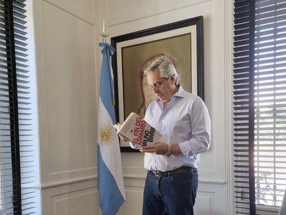 El presidente argentino Alberto Fernández, en una imagen de su Twitter leyendo uno de los libros censurados.