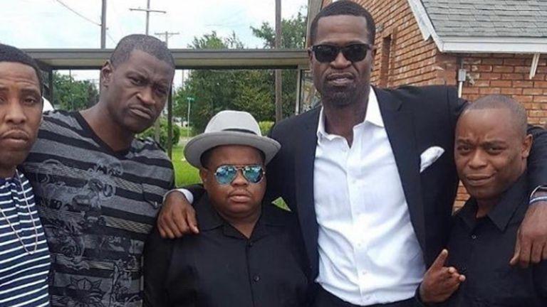 George Floyd, segundo por la izquierda. y Stephen Jackson, segundo por la derecha, posan junto a unos amigos. (INSTAGRAM)