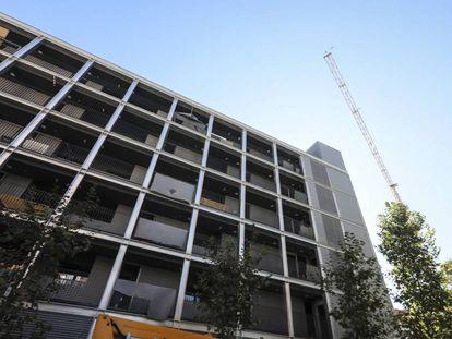 Construcción de pisos para alquiler de la Empresa Municipal de Vivienda, en la Avenida del Euro, en Carabanchel.
