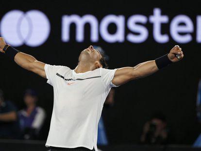 El español Rafael Nadal derrotó al búlgaro Grigor Dimitrov, en un épico encuentro por 6-3, 5-7, 7-6 (5) 6-7 (4) y 6-4, y se clasificó para disputar por cuarta vez la final del Abierto de Australia, donde se enfrentará contra el suizo Roger Federer, en busca de su 15º título de Grand Slam. En la imagen, Rafa Nadal celebra su pase a la final del Open de Australia.