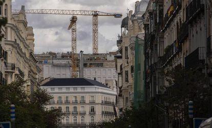 Delante, la tienda Apple de la Puerta del Sol; detrás la nueva volumetría del Centro Canalejas.
