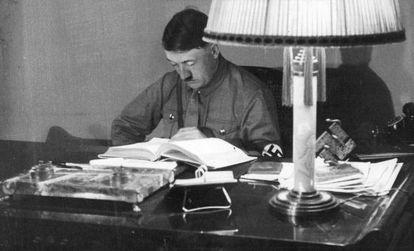 Hitler lee en su despacho de Múnich en 1934.