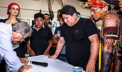 El presidente de la Funai, Antônio Costa, firmó un acuerdo en el que se comprometía a fortalecer la oficina del órgano en Altamira.