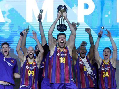 El capitán del Barça, Pierre Oriola, en el  centro, alza el trofeo de la Copa junto a sus compañeros.