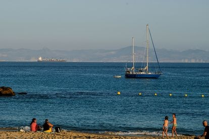 Un velero frente a la playa en Tarifa.