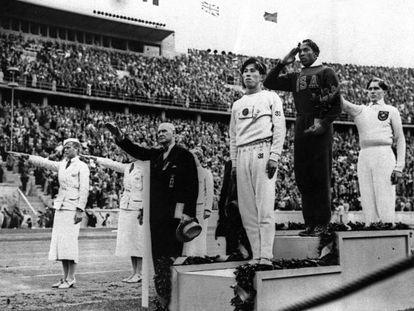 El japonés Jajima, Jesse Owens y el alemán Lutz Long, en el podio (Berlín '36)