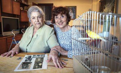 Carmen Abellán en su casa con Remei Raga, impulsora de un proyecto contra la soledad en Valencia.