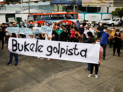 Una protesta en contra de las decisiones de Nayib Bukele, en San Salvador, el 3 de mayo.