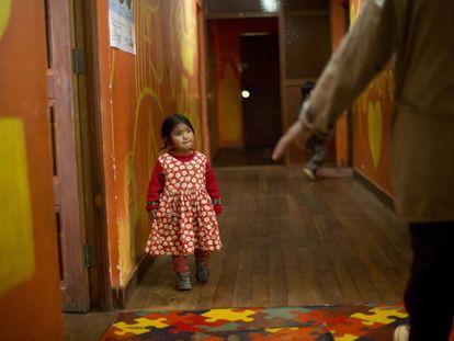 Jenny, de tres años, camina por un pasillo del centro de acogida en el que ahora vive, en El Alto, un suburbio de la capital boliviana de La Paz. Después de haber sido maltratada por sus padres, la encontraron viviendo en las calles. El centro está destinado a proporcionar refugio durante solo 24 horas, pero muchos niños permanecen durante semanas o incluso meses hasta que haya espacio disponible para ellos en una instalación más permanente. El de Jenny es un caso de los 300 millones de niños de dos a cuatro años de todo el mundo —es decir, unas tres cuartas partes— que sufren castigos físicos y/o psicológicos por parte de sus cuidadores en el hogar, según un reciente informe de Unicef titulado 'Una situación habitual: violencia en las vidas de los niños y los adolescentes'.