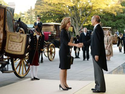 Caroline Kennedy es recibida por el jefe de protocolo del emperador Akihito, antes de la ceremonia.