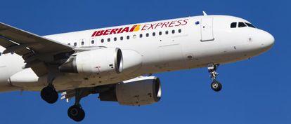 Un avión de Iberia Express se prepara para aterrizar en Barajas.