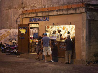 Un comercio de hamburguesas en el barrio de Petare, Venezuela.