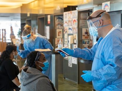 Personal sanitario realiza pruebas a pacientes enfermos de coronavirus en el hotel Melià Sarrià de Barcelona.