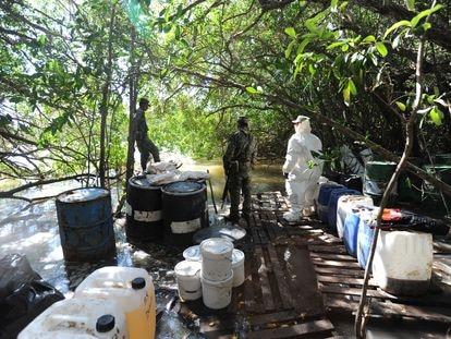 Elementos del Ejército Mexicano desmantelan un narco laboratorio en un manglar en Culiacán, Sinaloa.