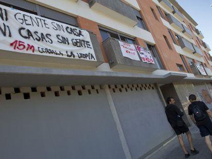Fachada del edificio de 32 viviendas ocupados por familias desahuciadas.