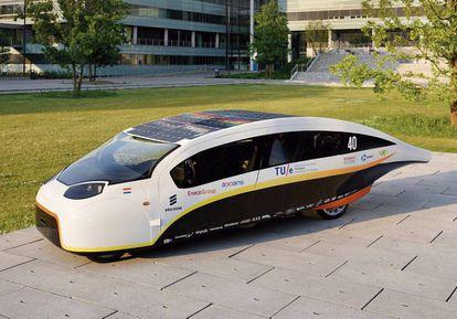 La Universidad Técnica de Eindhoven, en Holanda, ha diseñado el Stella Vie, una visión de los coches del futuro con un interior espacioso, minimalista y ergonómico, según sus creadores. Su gran capacidad para generar electricidad permitirá aprovechar el excedente en los hogares.