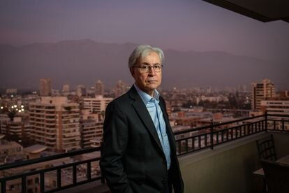 Iván Jaksic Andrade, en su casa de la comuna de Providencia, en Santiago, el pasado 12 de mayo.