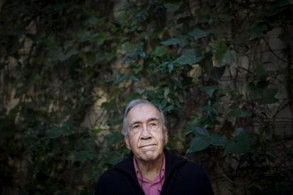 El poeta Joan Margarit en su casa de Sant Just Desvern.