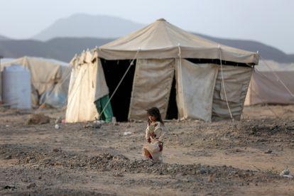 Una niña pasa junto a una tienda en un campamento para desplazados internos en Marib, Yemen, el 5 de abril de 2021.