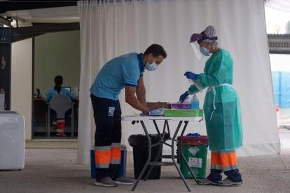 Personal sanitario manipula muestras de test PCR en el hospital militar de Sevilla.