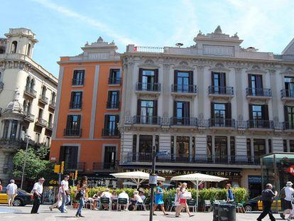 Decenas de personas pasean y consumen en la terraza de un bar de La Rambla de Barcelona.