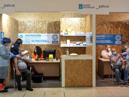 Dos hombres se vacunan, el pasado 10 de abril en el recinto ferial Expourense, en Ourense.