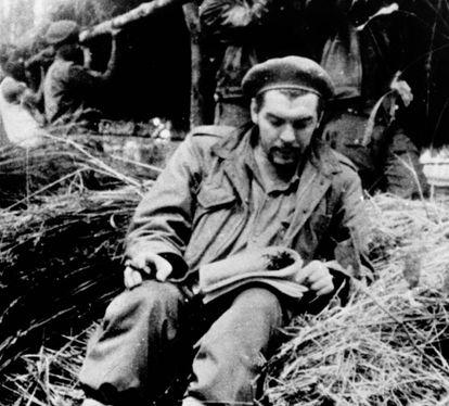 Ernesto 'Che' Guevara leyendo en el Congo en 1965.