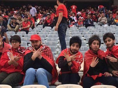 Las cinco jóvenes, en el estadio.