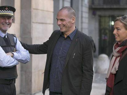 Varoufakis y su mujer, en Barcelona en octubre.