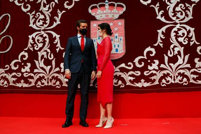 The president of the Popular Party, Pablo Casado, talks with the president of the Community of Madrid, Isabel Díaz Ayuso, after his inauguration at the Royal Post Office this Saturday.  EFE / JJ Guillén