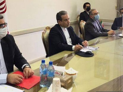 El viceministro iraní de Asuntos Exteriores, Abbas Araghchi (centro), en Teherán durante la reunión virtual de este viernes organizada por la UE sobre el pacto nuclear.