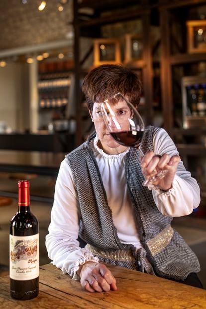 María Vargas lleva desde 1996 vinculada con Marqués de Murrieta y desde el año 2000 es su enóloga y directora técnica. Aquí con el vino que más satisfacción le ha dado hasta el momento, el Castillo Ygay Gran Reserva Especial 2010.