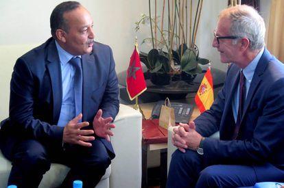 GRAF2322. RABAT, 25/09/2018.- El ministro de Cultura José Guirao (d) durante su reunión con su homólogo marroquí, Mohamed Laaraj, en la sede del ministerio de Cultura de Rabat. EFE/Javier Otazu